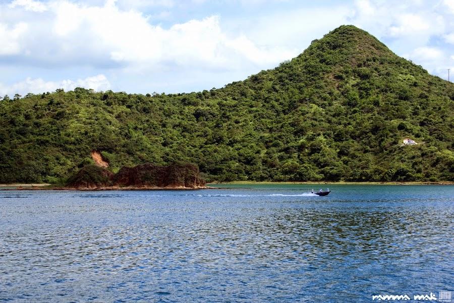 深色的岩石就是「筆架洲」,背後的山是「羅傘」