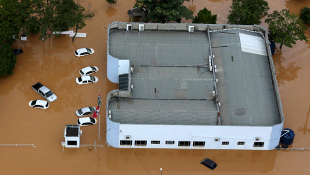 Cars are seen in a flooded street in the city of Franco da Rocha, in the north of São Paulo state, Brazil, 11 March 2016. Photo: Paulo Whitaker / Reuters