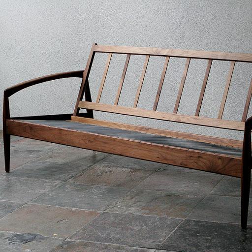 クッションをはずした状態です。驚くほど軽い秘密は、このシンプルなフレームと座面下のスプリングにあります。