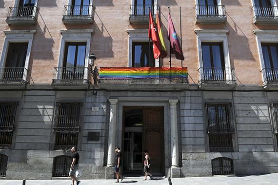 La bandera arco iris ondea ya en los veintiún distritos de Madrid