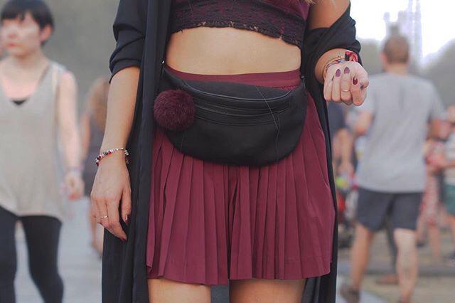 d20825308bf9 ... kousky ve své nejoblíbenější vínové barvě - sukni i top doplněné o  chundelatý přívěsek na ledvince. Ta je mimochodem skvělou alternativou ke  kabelce.