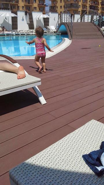 M e de fam lia na piscina com beb for Piscina pequena bebe