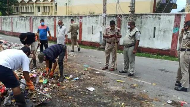 सफाई कर्मियों की हड़ताल से लगे कूड़े के ढेर, पुलिस की मौजूदगी में उठा शहर का कचरा
