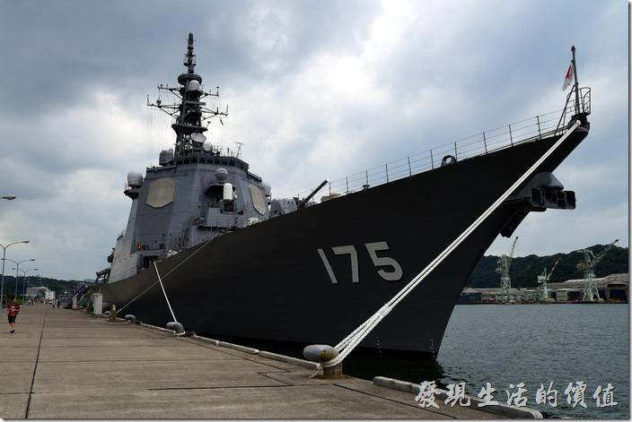 這一艘軍艦就是停靠在日本舞鶴基地北吸棧橋內的金剛級神盾飛彈驅逐艦(護衛艦)的「妙高山」,艦首的地方配備了一門Mk45艦砲。