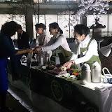 20160404農水省「観桜会」温かいお茶をどうぞ.jpg