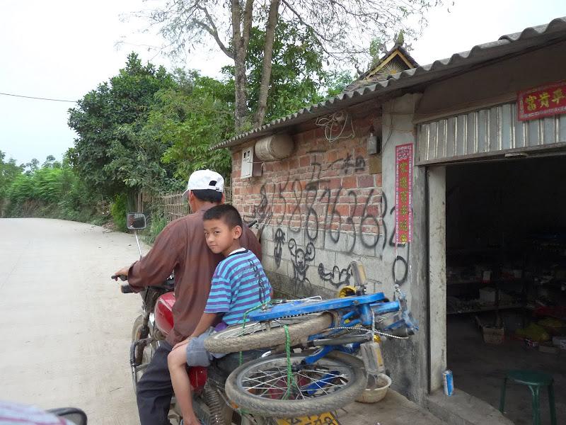 le propriétaire de la  ''Guest house'' m emmène faire un tour en moto