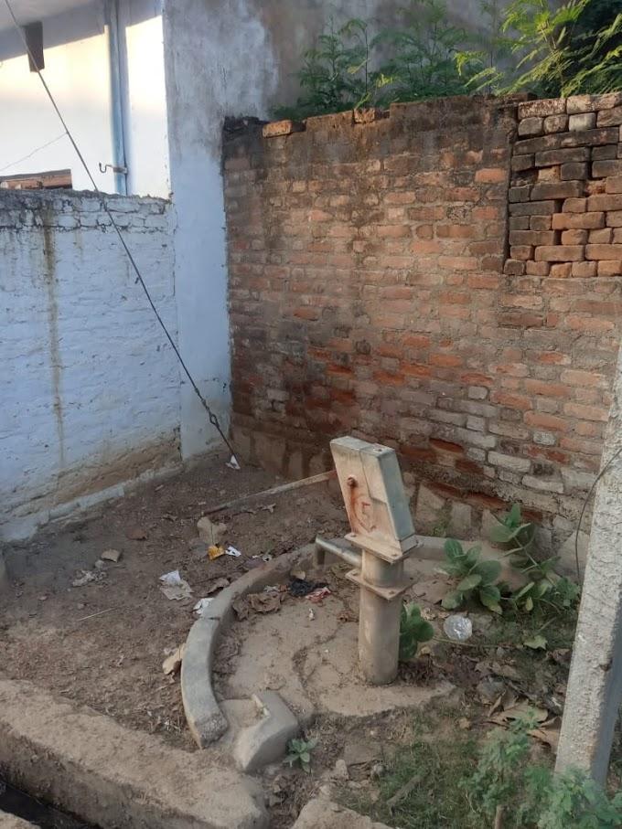 गरौठा में 4 महीने से खराब पड़े हैंडपंप कस्बा के लोग बूंद बूंद पानी को परेशान