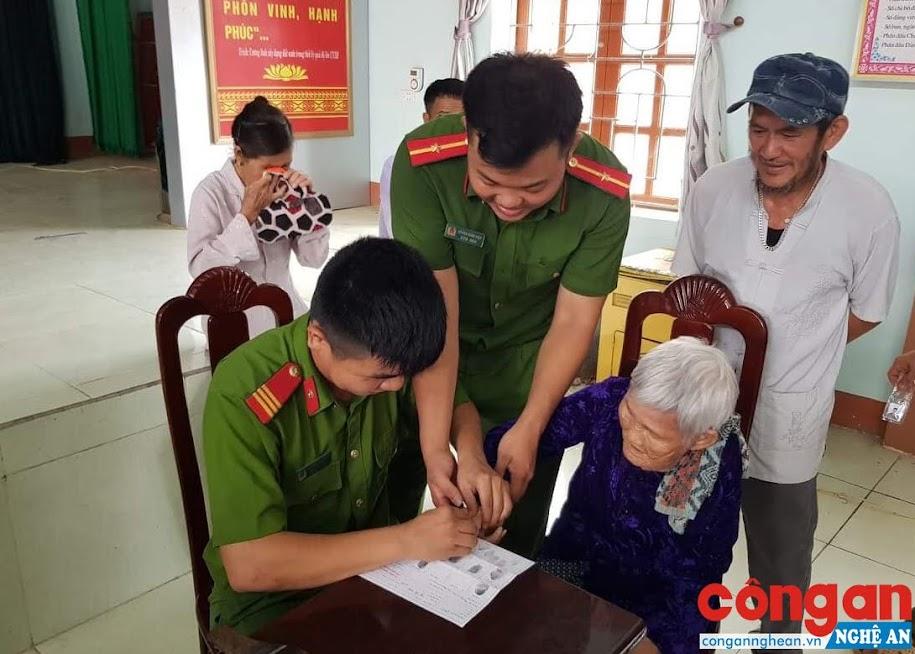 Cán bộ, chiến sỹ Công an huyện Đô Lương làm thủ tục cấp CMND cho nhân dân