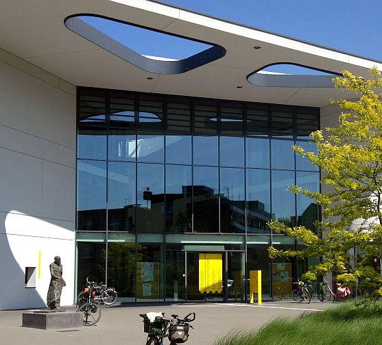 Hanns-Dieter-Hüsch-Bildungszentrum in Moers mit Fahrrädern