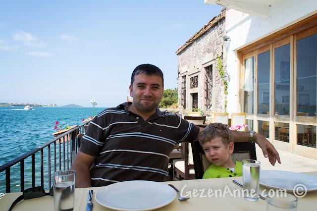Ayvalık'taki Deniz Kestanesi restoranında otururken