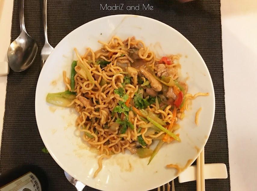 Fideos crujientes en restaurante vietnamita Madrid
