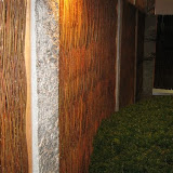 Weidenwände mit Granitpfosten
