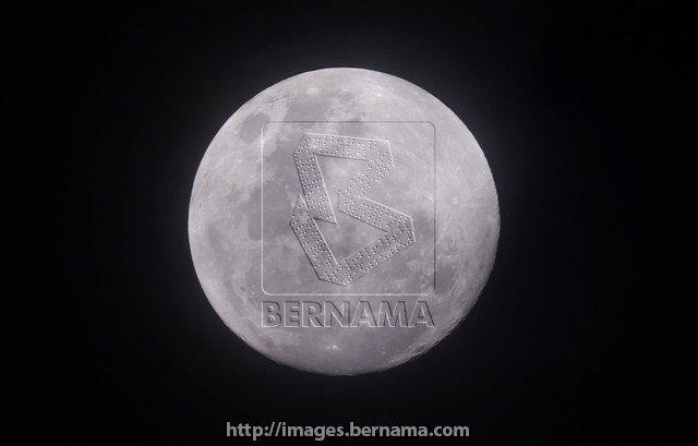 Pemandangan bulan purnama hampir penuh