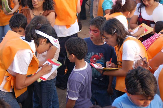 """""""Amigos"""" busily writing down the children's information and praying for the newborn Christians. Over 4.000 children gave their lives to the Lord during the Festival."""