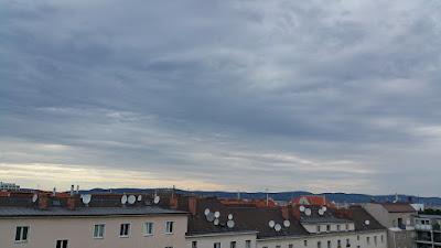Sturmtief Zeljko macht sich in Wien-Favoriten bisher nicht bemerkbar. Noch immer lagert schwül warme Luft über Wien mit einer aktuellen Temperatur von 27.8°C. Der Maximalwert lag heute bei 30.6°C. Im Umland von Wien gab es bereits Gewitterschauer, allerdings ist derzeit noch nicht absehbar ob wir überhaupt Regen abbekommen. Derzeit ist es wieder windstill, gegen Abend mit Winddrehung auf West können auch stürmische Windböen auftreten.  #wetter #wien #Favoriten #wetterwerte #kaltfront #zeljko