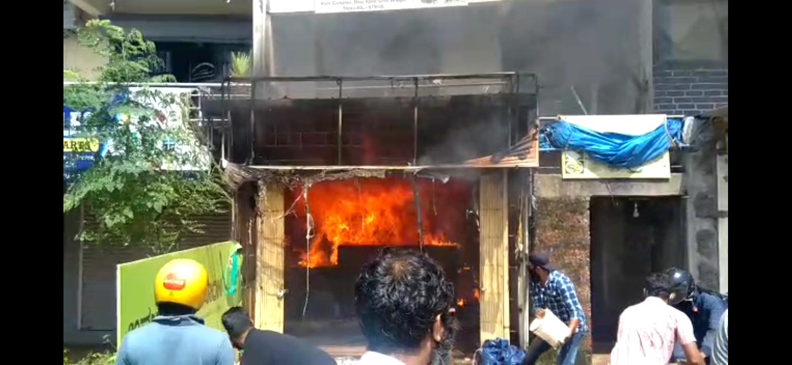 Mangalore- ತೊಕ್ಕೊಟ್ಟಿ ನಲ್ಲಿ ಗೋಲ್ಡನ್ ಸ್ಟಾರ್ ಬೆಂಕಿಗಾಹುತಿ!  (video)