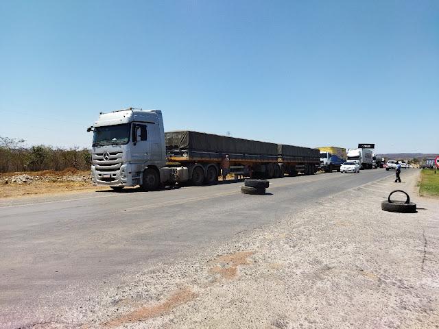 Caminhoneiros fazem paralização em protesto contra o aumento dos preços dos combustíveis