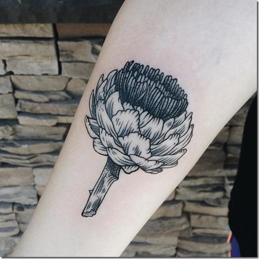 tatuaje_de_alcachofa_en_tonos_de_gris_en_el_brazo