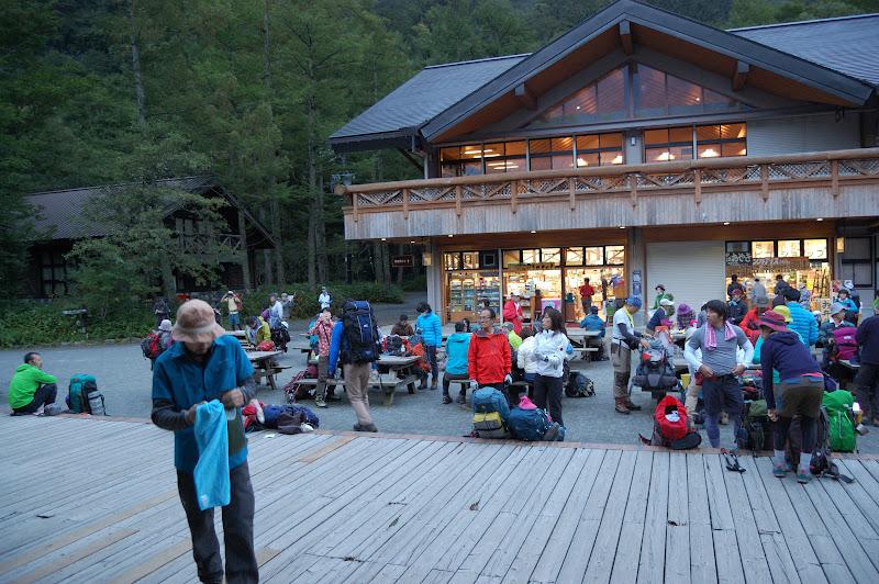 シルバーウィークの朝5時40分の上高地は多くの登山客で満員です