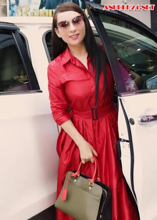 Phi Nhung diện trang phục hàng hiệu đi sự kiện