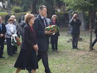 45 Pogány Erzsébet és Fülöp Attila Rázga Pál sírjánál koszorúz.JPG
