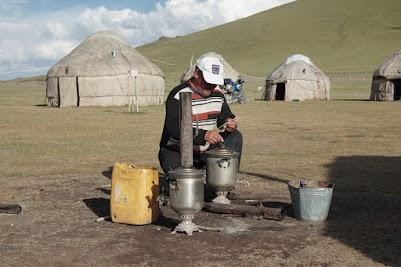 Teezubereitung: in den großen Kannen wird ein Holzfeuer entzündet