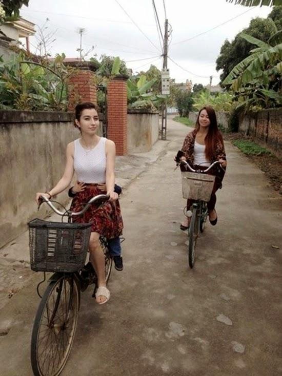 'Thiên thần lai' Việt – Pháp đi dép tổ ong đạp xe gây sốt