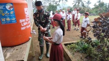 Bentuk Kedekatan Anak-anak dengan TNI