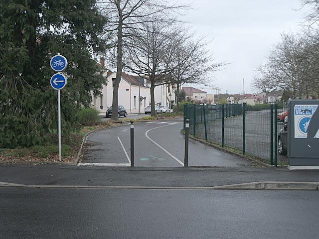 Piste cyclable, mais obligation de tourner à gauche… et les cyclistes, ils font comment ?