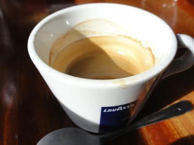 En halvfull kopp med espresso.