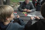 chlapci hrají poker