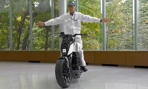 Hinh anh: Honda khoe moto tu can bang esXem videose