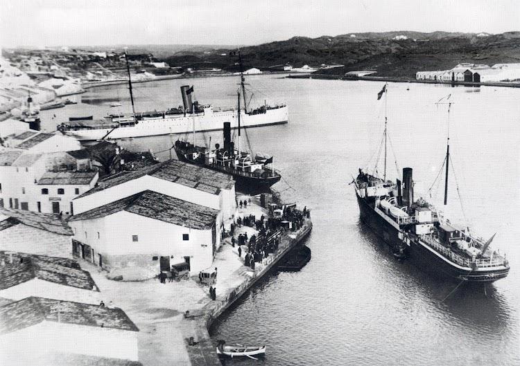 Foto del puerto de Mahon, con el vapor MAHON atracado en el centro de la fotografia. Del libro MENORCA, RECORD D´UN TEMPS.JPG