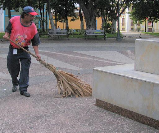 Hombre Barrendero en la plaza Jose Felix Ribas de La Victoria, Aragua, Venezuela