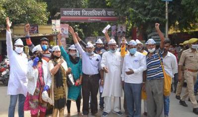 बढ़ती महंगाई के खिलाफ आम आदमी पार्टी के कार्यकर्ताओं ने जिला मुख्यालय पर किया प्रदर्शन