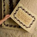 Superbe étiquette qui reprend en miniature le ruban de la bordure du quilt de Jeannine.