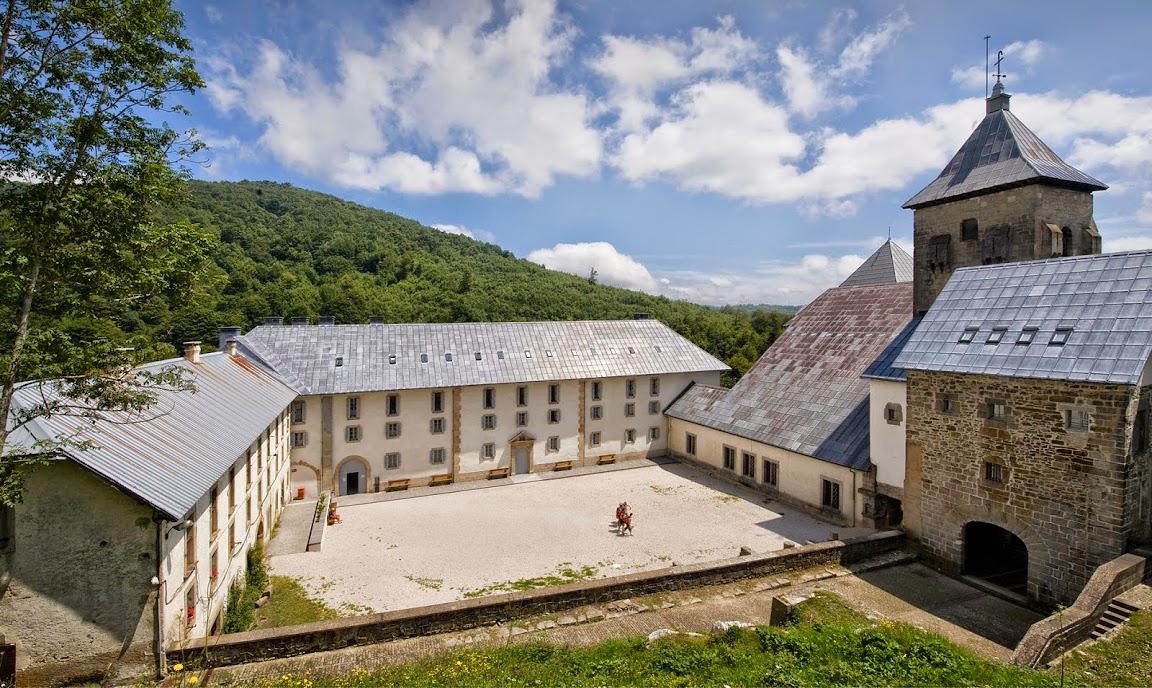 El albergue de peregrinos y la Real Colegiata de Roncesvalles.