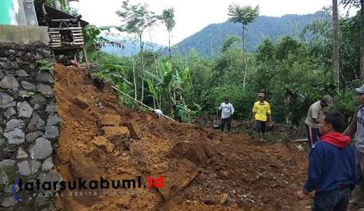Longsor Tutup Akses Jalan Desa Cihamerang Kabandungan