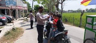 Polisi Memberikan Arahan Kepada Masyarakat pengguna Jalan , Motor dan Mobil