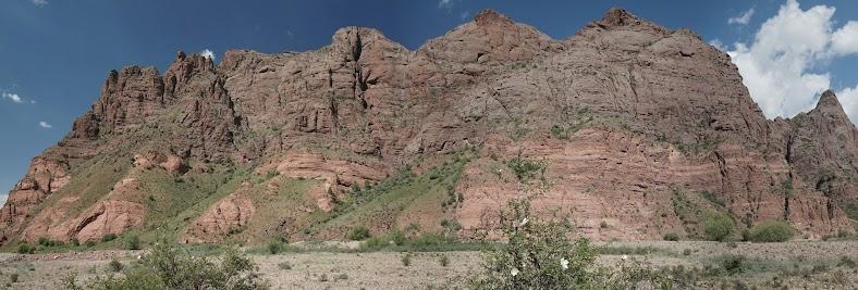 Felsen mit deutlicher Bänderung im Kara Keche Tal