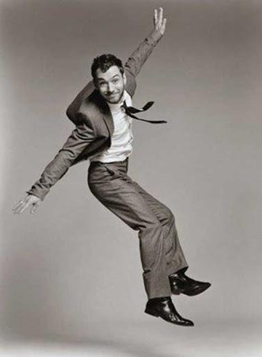 Jude Law saltando