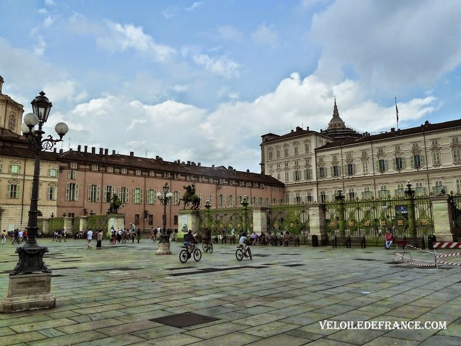 Devant le Palais Royal Palazzo Reale - Balade à vélo dans Turin par veloiledefrance.com