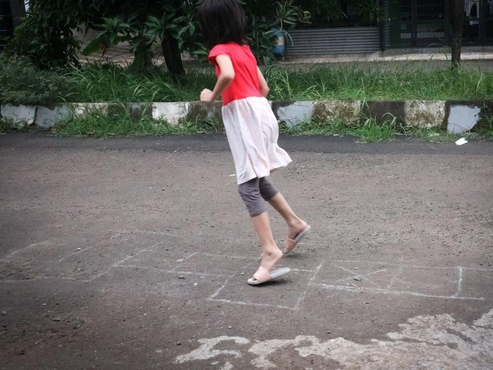 Engkle / Damprak / Teklek Ciplak Gunung (Hopscotch) traditional game