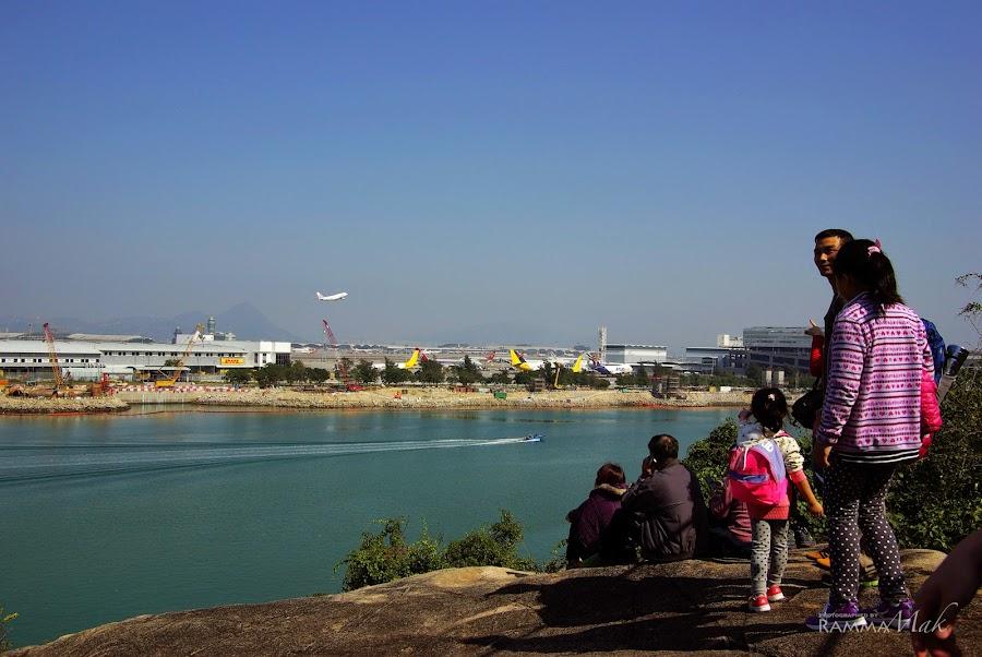 這個位置有許多人在休息和看飛機升降。