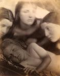hofden van 3 meisjes rond liggend kind