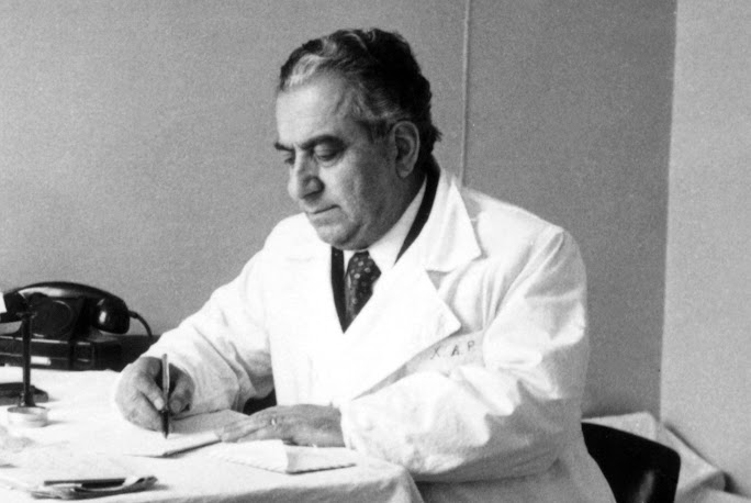 բժիշկ Հարություն Խաչատրյանն իր աշխատասենյակում