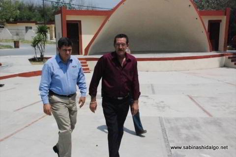 Diego Ugarte y Raúl Mireles en la plaza de la colonia María Luisa