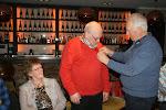 Gerrit Klein Teselink is 25 jaar lid van Pels en Pluim en krijgt door voorzitter Jan Meutstege het 25-jarig lidmaatschaps-speldje opgepeld.