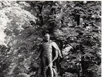 11 A vár előtti park sétányán, mielőtt visszakerült volna a szobor mai, eredeti helyére.jpg