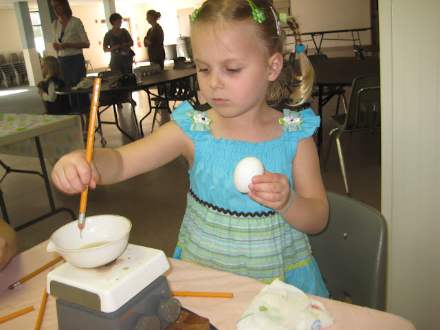 4.16.2011 Dekorowanie jajek goracym woskiem PISANKI. Zdjecia E. Gürtler-Krawczyńska, W.Zabnienski - IMG_7811.JPG